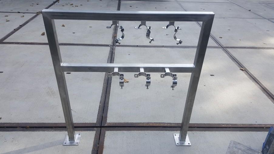 Konstrukcja mocująca rury z obejmami